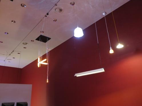 Bij elkaar gehangen design lampen