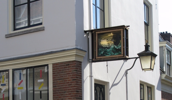 Jop Vissers Vorsenbosch - Lichtbak hangend aan de buitenmuur van de galerie